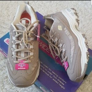 "NWT Skechers Leather Wide Fit Added 2"" Height"